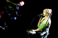 Mela Koteluk w akustycznej wideosesji i w remixie